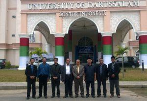 Anggota Insiera berpose bersama perwakilan IIIT di depan gedung utama UNIDA